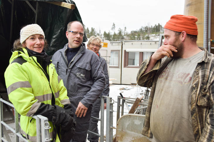 Ann Kristin Teksle, Lars Bjarne Linneflaten, Jette Jacobsen og Knut Hvistendahl utenfor Metanmåleren.